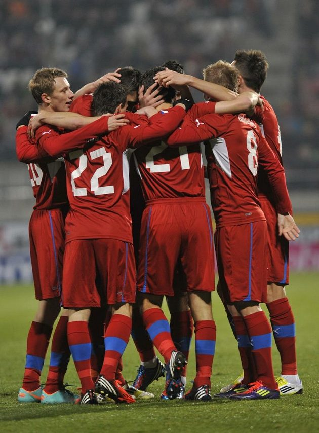 Čeští fotbalisté se radují po jedné z branek do slovenské sítě.