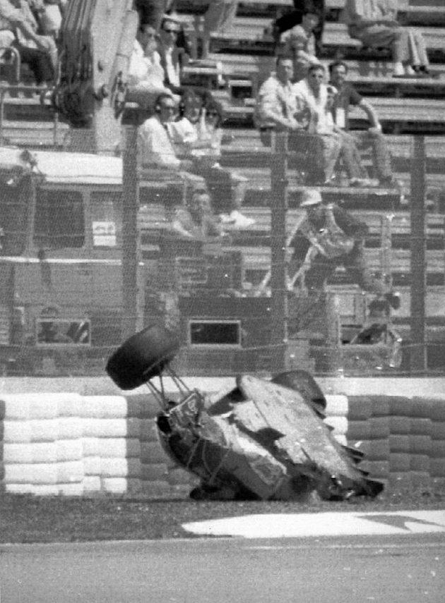 Zdemolovaný monopost Rubense Barrichella v Imole. Brazilský jezdec těžkou havárii v roce 1994 zázrakem přežil.