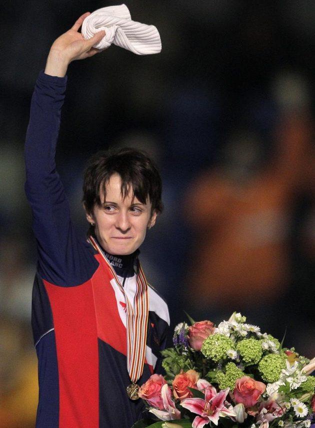 Martina Sáblíková zdraví fanoušky v Heerenveenu po zisku zlaté medaile na trati 5000 metrů.