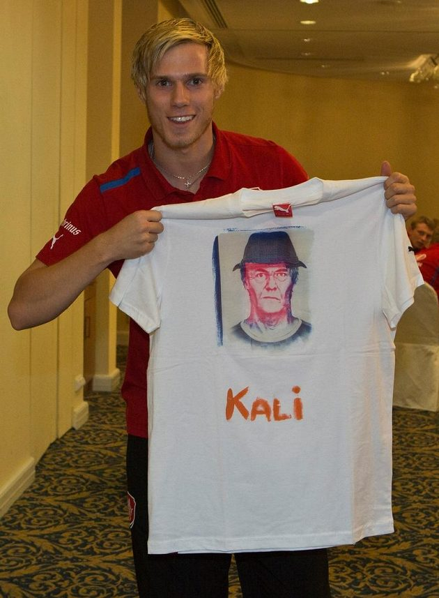 Stoper Tomáš Kalas je v národním týmu nováčkem. Ze své postarší podoby byl vysmátý.