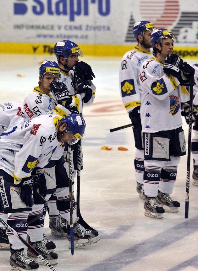 Smutek vítkovických hokejistů po vyřazení v sedmém duelu čtvrtfinále v Pardubicích.