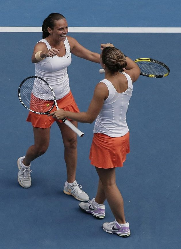 Italské teistky Sara Erraniová a Roberta Vinciová (vlevo) se radují z proměněného mečbolu ve finále čtyřhry na Australian Open.