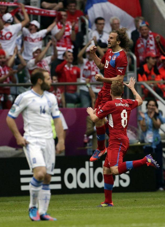 Petr Jiráček se s Davidem Limberským raduje z úvodního gólu proti Řekům