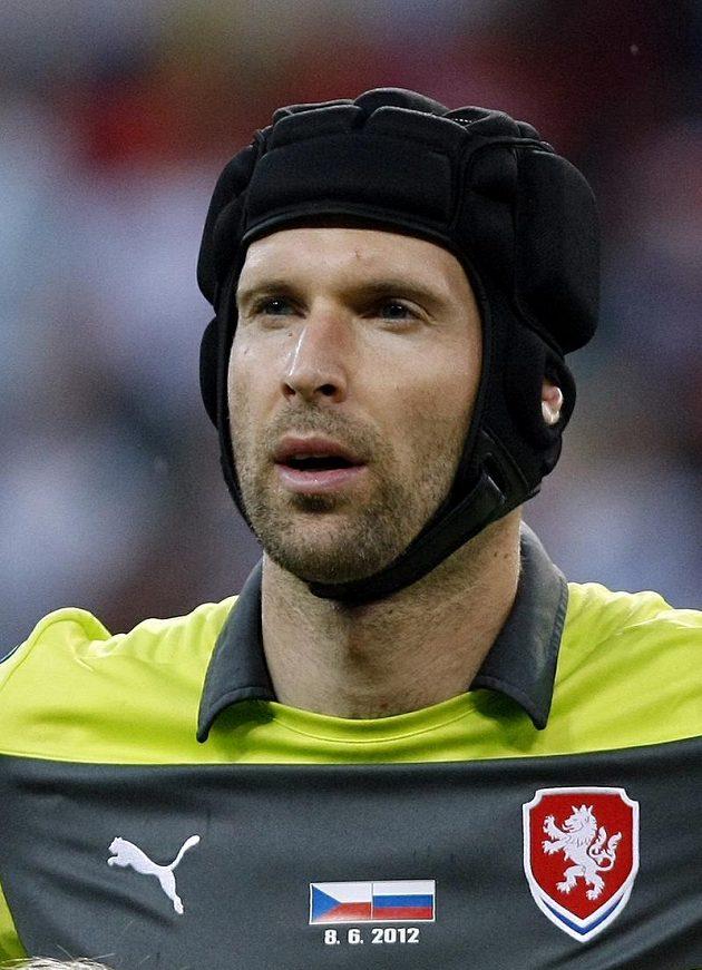Petr Čech – Od vážného zranění hlavy musí chytat s helmou, která jeho účes dokonale skrývá...
