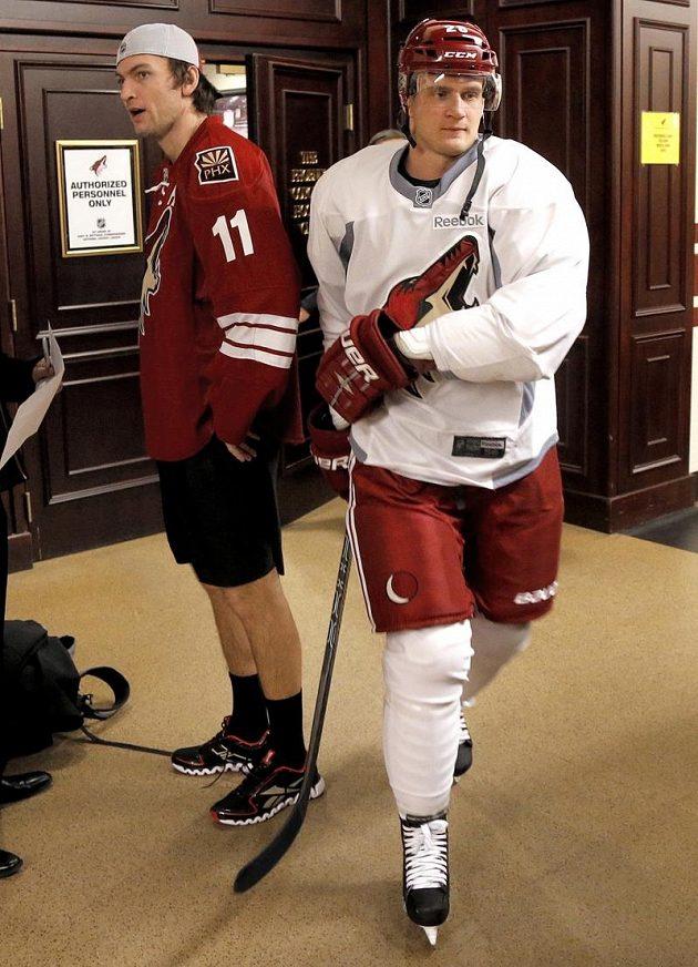 Zatímco Fin Lauri Korpikoski (vpravo) už je ve Phoenix v plné zbroji, Martin Hanzal se ještě vybavuje v trenýrkách...