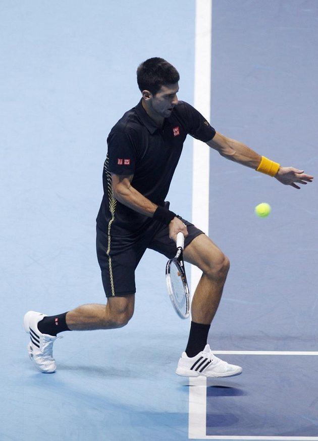 Novak Djokovič ze Srbska vrací míček. Výhru nad Tomášem Berdychem nakonec vybojoval ve dvou setech.