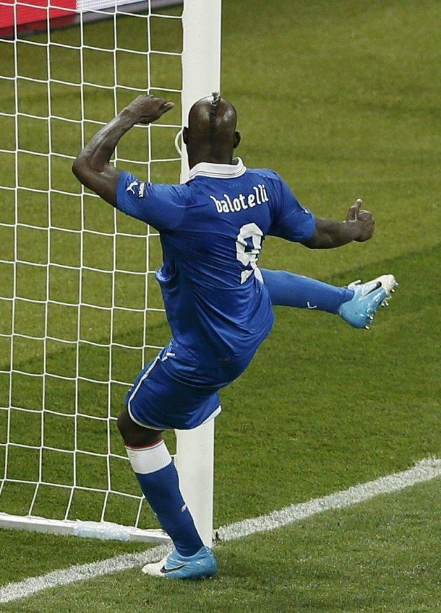 Na brankové konstrukci si vylil italský útočník Mario Balotelli zlost po neproměněné šanci