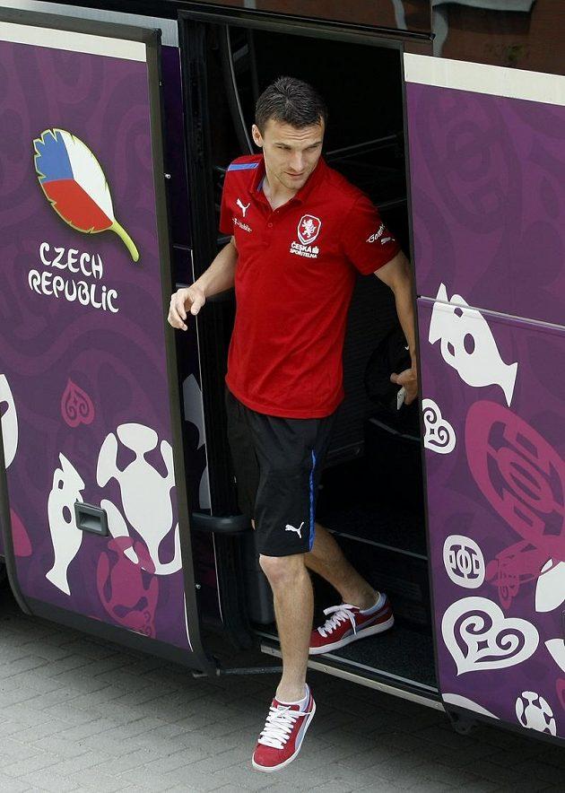 David Lafata vystupuje z autobusu české reprezentace ve Vratislavi