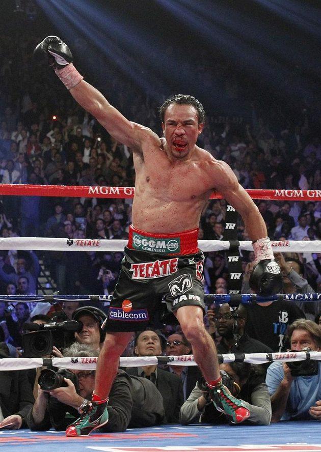 Vítěz! I se zlomeným nosem dokázal Juan Manuel Marquez z Mexika zvítězit.