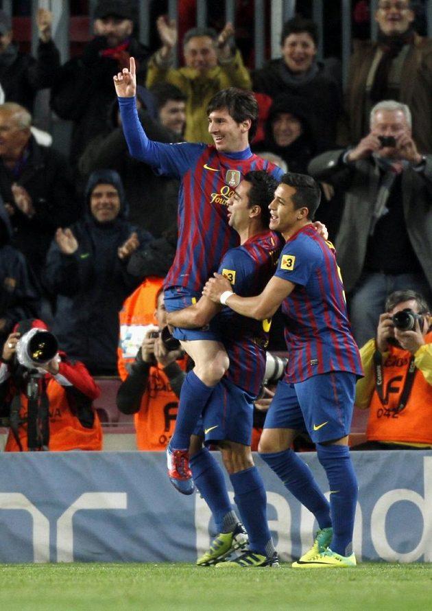 Lionel Messi se raduje se spoluhráči z Barcelony z překonání letitého střeleckého klubového rekordu.