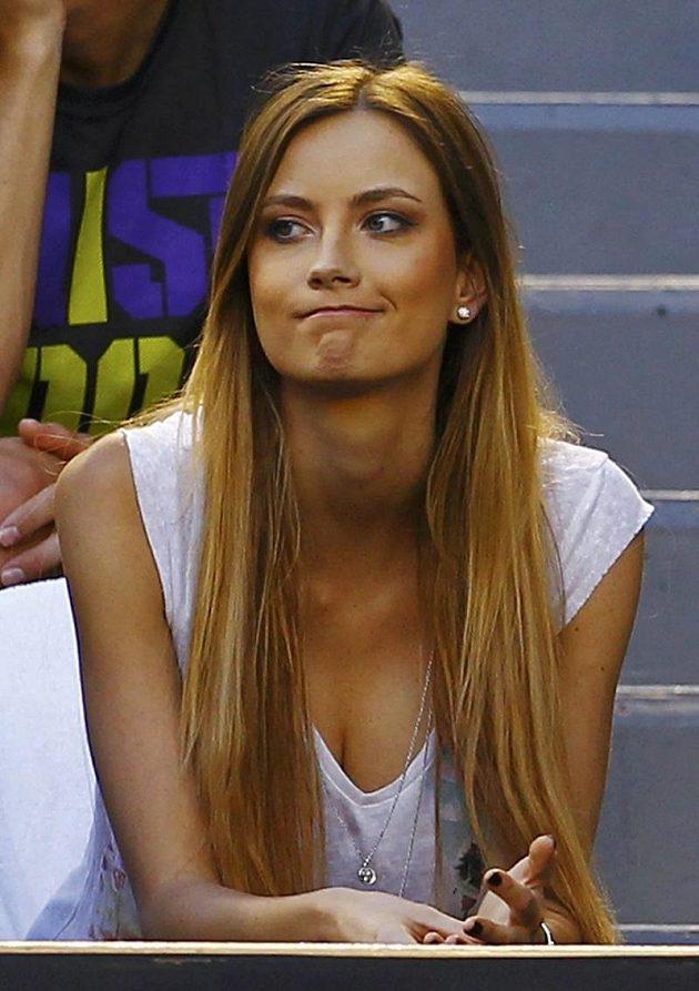 V publiku fandí českému tenistovi také jeho partnerka Ester Sátorová.