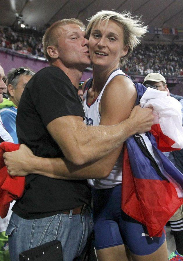 Sladkou odměnou pro novopečenou dvojnásobnou olympijskou vítězku Barboru Špotákovou byl polibek od životního partnera Lukáše