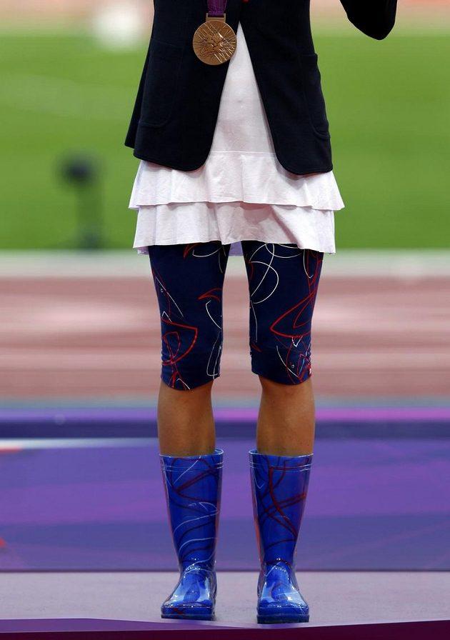 V holínkách pro bronz. Zuzana Hejnová s medailí na krku.