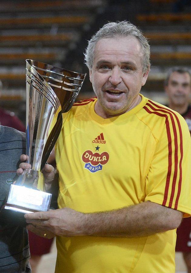 Ladislav Vízek z Dukly Praha s vítěznou trofejí z Vánočního turnaje fotbalových internacionálů.