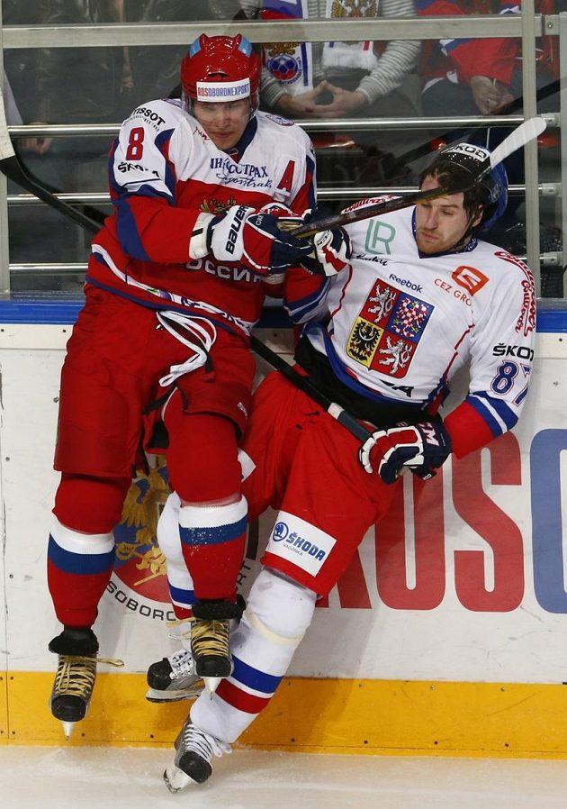 Rus Alexander Ovečkin (vlevo) v souboji s Jakubem Nakládalem.