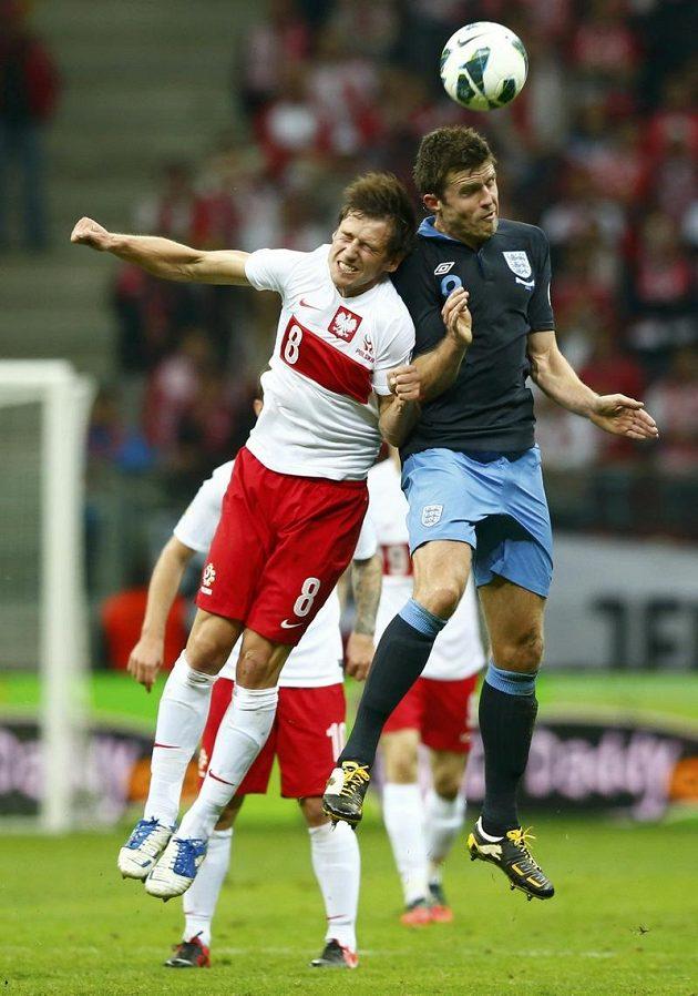 Hlavičkový souboj Angličana Michaela Carricka (vpravo) s domácím Grzegorzem Krychowiakem