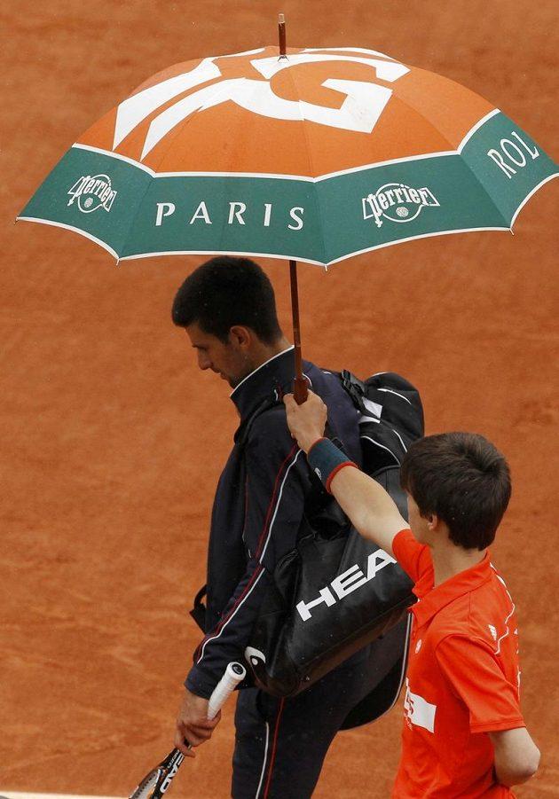 Dramatické finále mužské dvouhry na Roland Garros přerušil ve druhém setu déšť