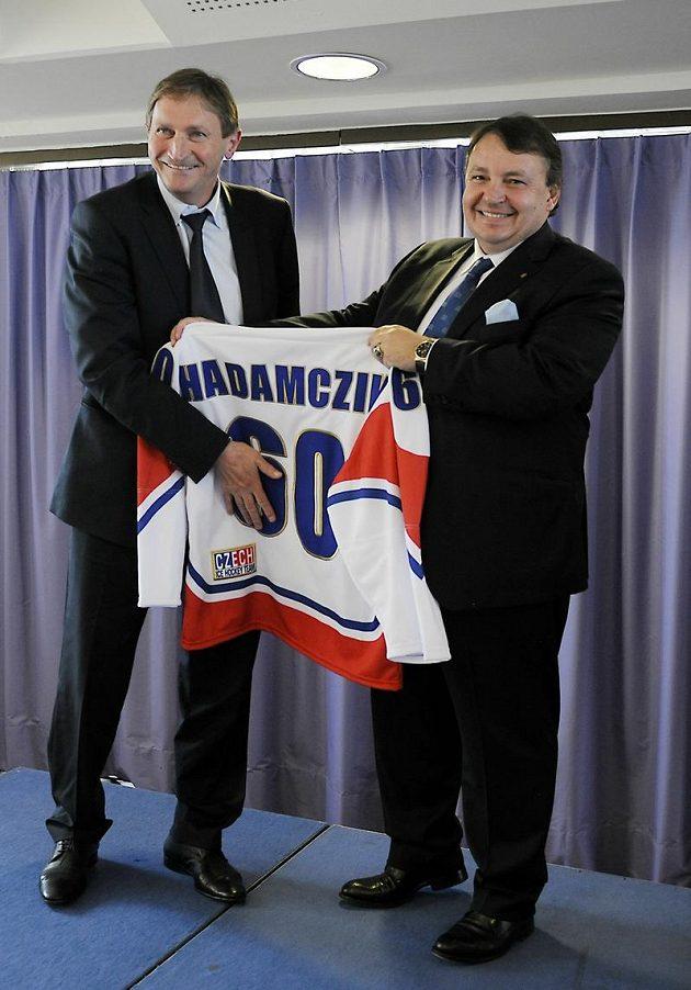 Alois Hadamczik (vlevo) zakrývá číslici svého věku na národním dresu od prezidenta svazu Tomáše Krále
