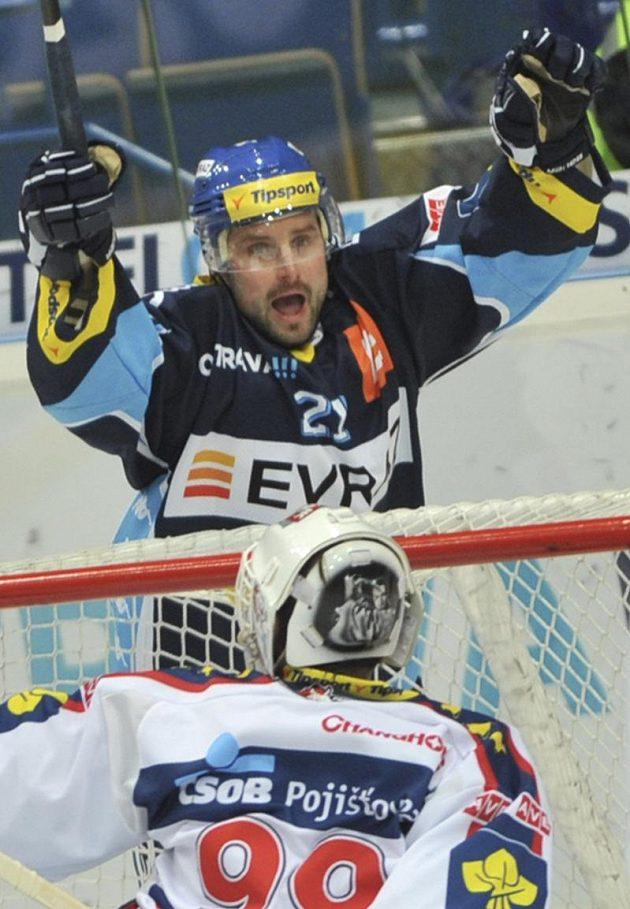 Útočník Vítkovic Rudolf Huna se raduje z gólu. Zády je pardubický brankář Martin Růžička.