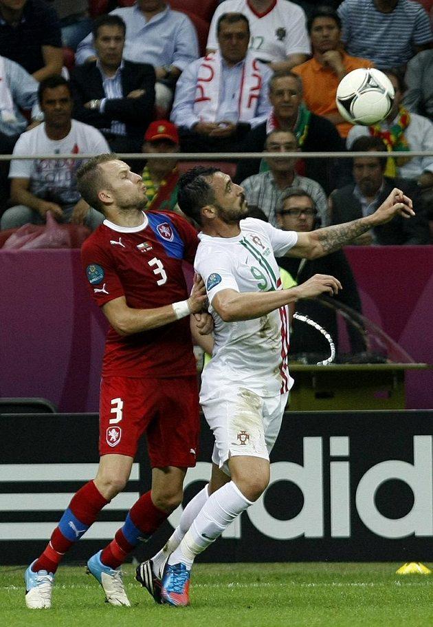 Obránce Michal Kadlec bojuje o míč s Portugalcem Hugem Almeidou