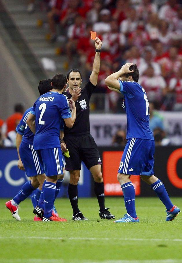 Další klíčový moment zápasu. Červenou kartu viděl Sokratis Papastathopulos (vpravo) a řecký tým hrál proti Polsku od 44. minuty jen v deseti