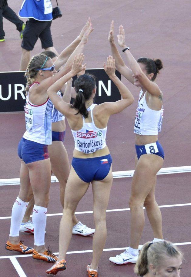 Česká štafeta (zleva) Zuzana Bergrová, Zuzana Hejnová, Jitka Bartoničková a Denisa Rosolová oslavuje na ME v Helsinkách bronz v závodu 4x400 metrů.