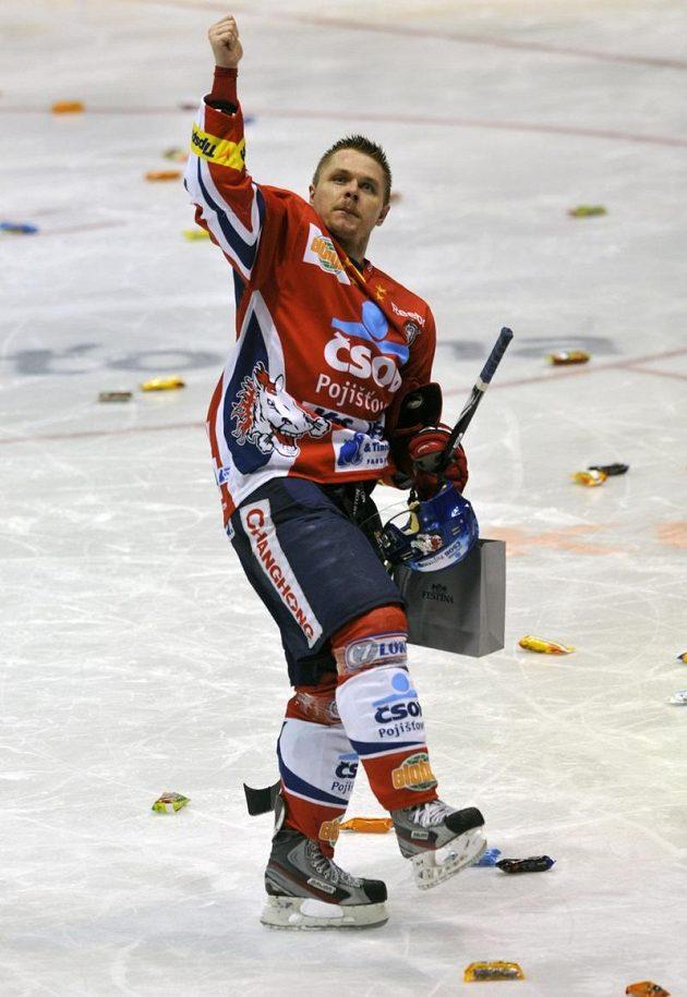 Perníky na pardubickém ledě značí jediné: východočeský tým vyhrál. Svým gestem to potvrzuje i Martin Bartek, autor dvou gólů domácích v rozhodujícím sedmém duelu čtvrtfinále.