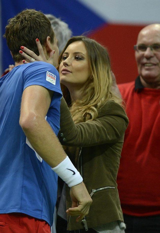 Po vítězství nad Almagrem Tomáše Berdycha odměnila polibkem jeho přítelkyně Ester Sátorová