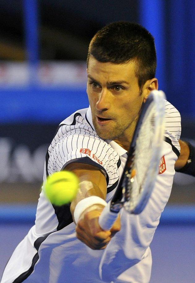 Novak Djokovič vrací míč v souboji s českým tenistou Tomášem Berdychem.