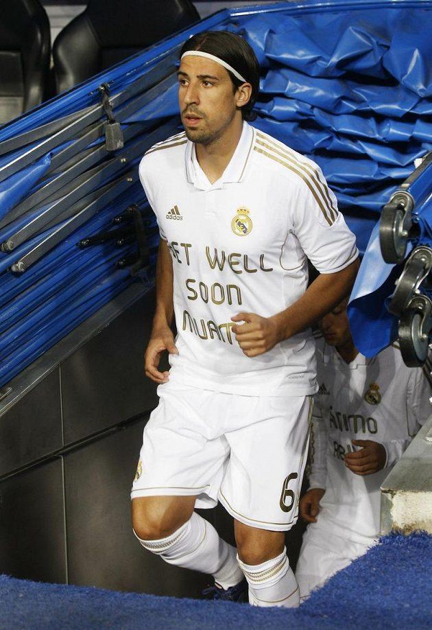 Sami Khedira podobně jako jeho spoluhráči popřál na dálku Muambovi, ať se mu dobře daří.