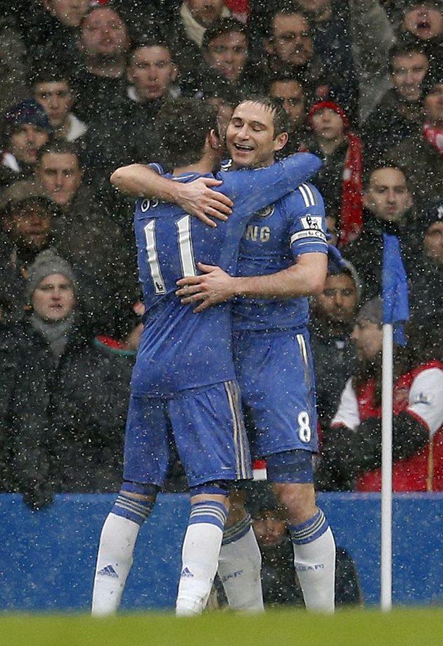 Záložníci Chelsea Oscar (zády s číslem 11) a Frank Lampard se radují z proměněné penalty.