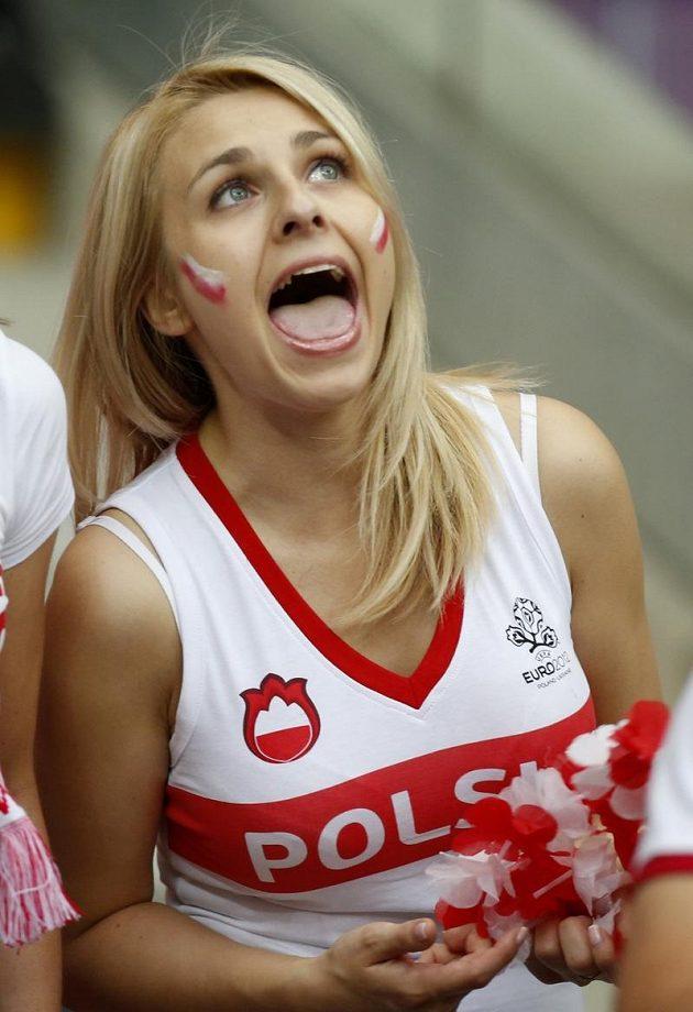 Polská fanynka podporuje svůj tým při utkání s Ruskem