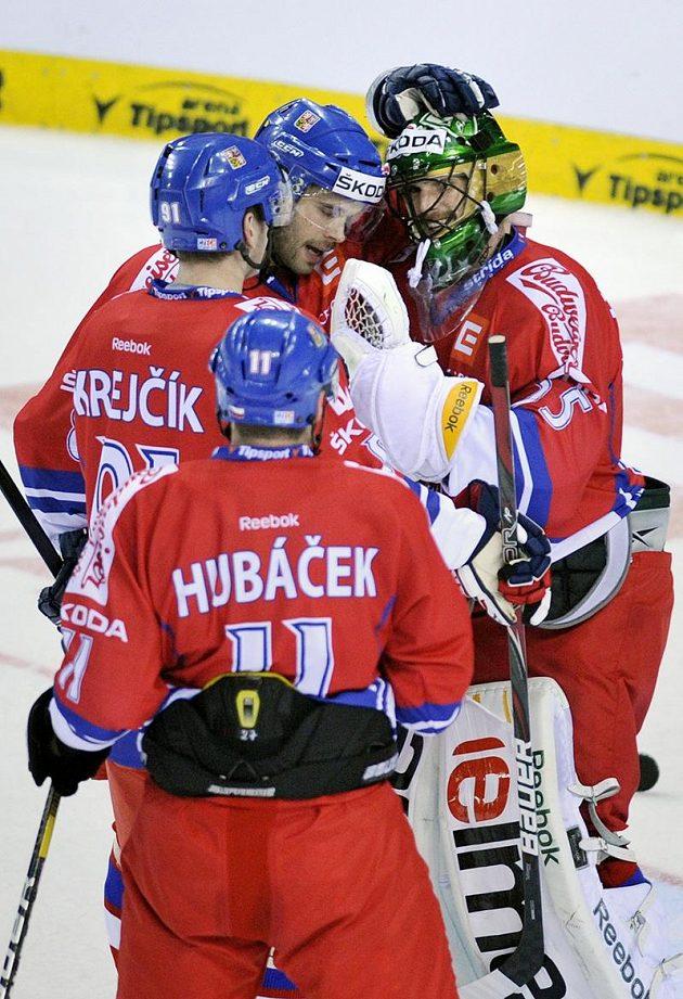 Čeští hokejisté gratulují brankáři Alexanderu Salákovi k výbornému výkonu proti Švédsku