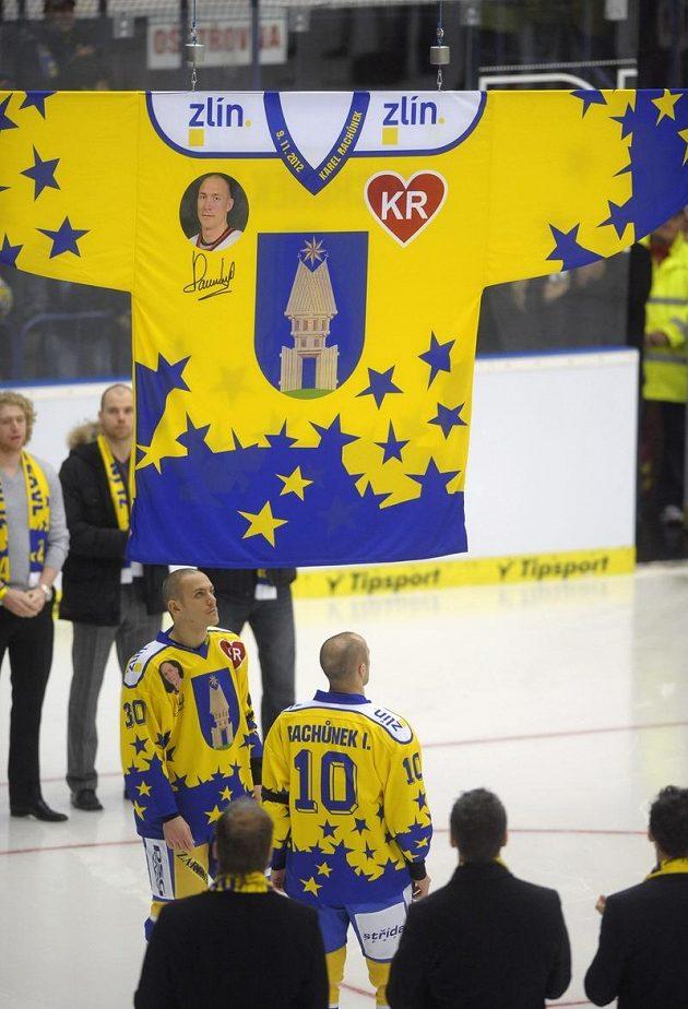 Bratři Karla Rachůnka Tomáš (vlevo) a Ivan pověsili ke stropu haly dres k uctění památky zesnulého hokejisty.
