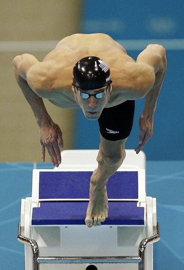 Start! Michael Phelps se vrhá do olympijského závodu na 100 m motýlek. Výsledek? Sedmnácté zlato