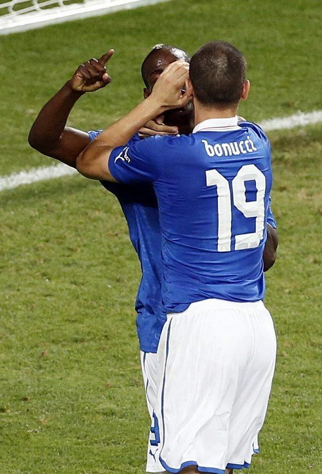 Leonardo Bonucci zakrývá dlaní Balotellimu ústa, aby nekřičel hanlivé výrazy na adresu italského kouče.