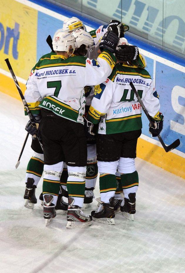 Hokejisté Karlových Varů se radují ze vstřelení gólu na ledě pražské Sparty. Vlevo obránce David Nosek.