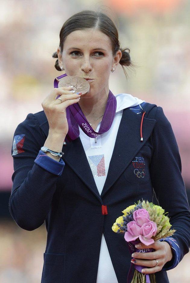 Zuzana Hejnová líbá bronzovou olympijskou medaili.