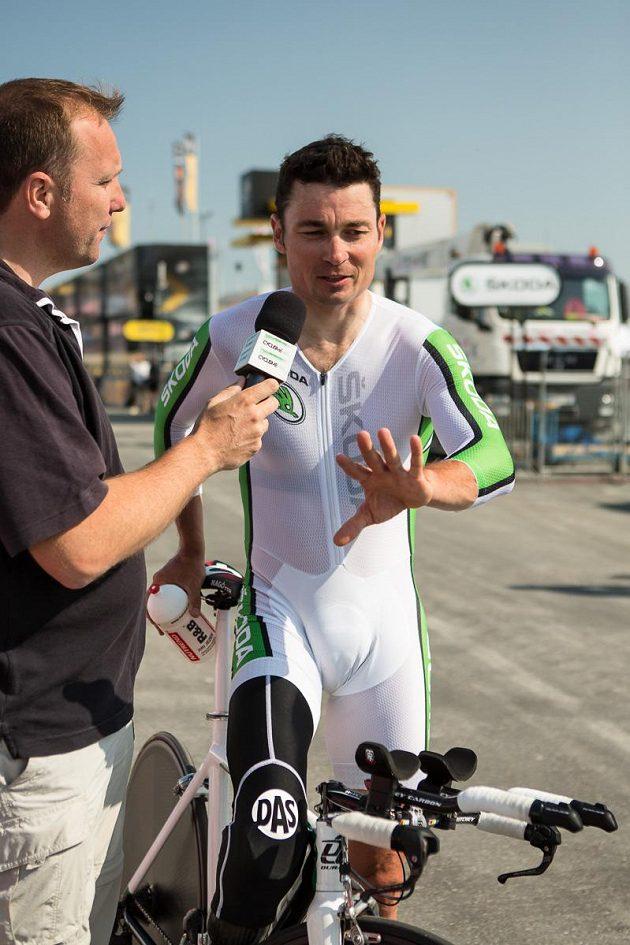 Paralympik Jiří Ježek odpovídá na otázky novináře po časovce Tour de France.