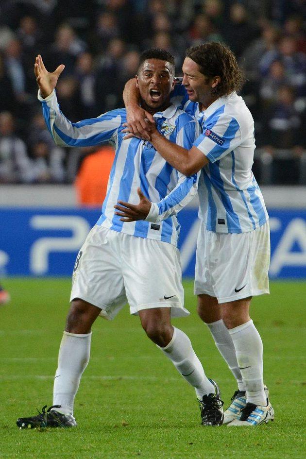 Eliseu (vlevo) z Málagy se raduje se spoluhráčem Manuelem Iturrou poté, co Anderlechtu vstřelil gól