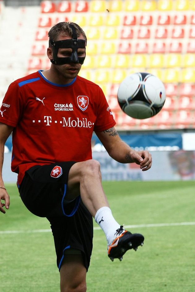 Michal Kadlec absolvoval reprezentační trénink opět s obličejovou maskou