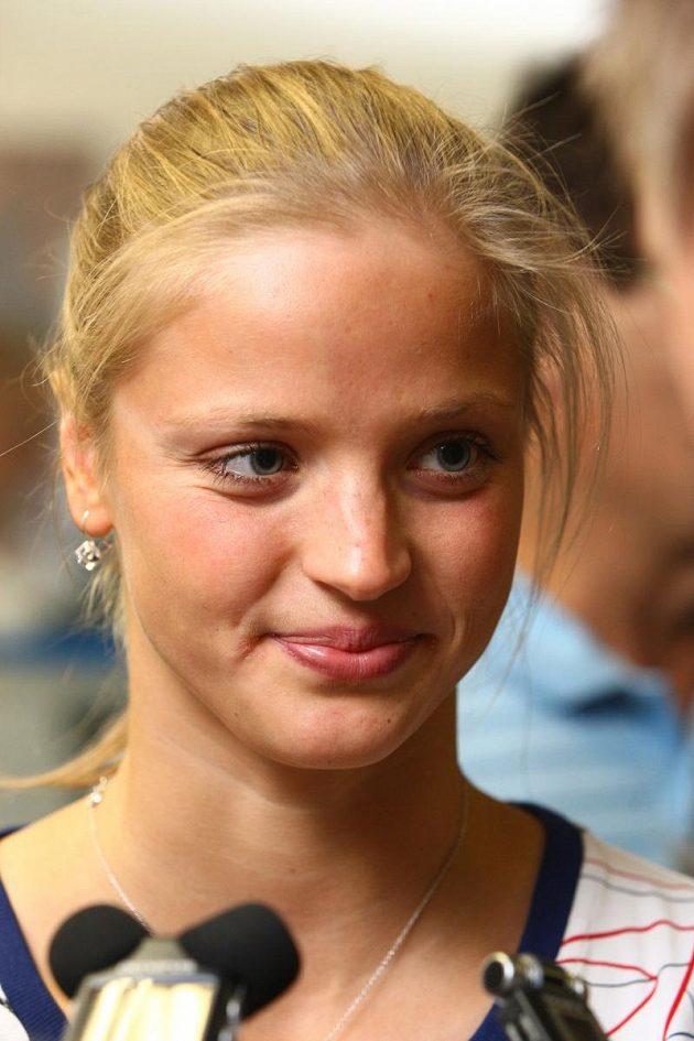 Plavkyně Simona Baumrtová při odletu na olympiádu v Londýně.