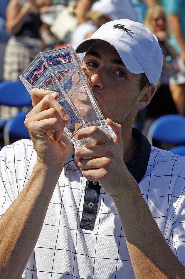 Vítěz John Isner s trofejí