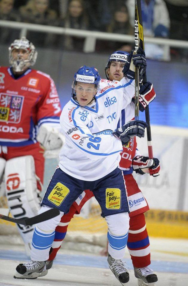 Finský hokejista Jonas Enlund (v popředí) v souboji s Jakubem Nakládalem. V pozadí sleduje situaci brankář Ondřej Pavelec.