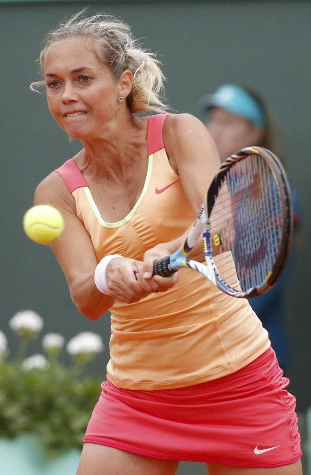 Klára Zakopalová v osmifinálovém duelu na Roland Garros s Ruskou Marií Šarapovovou