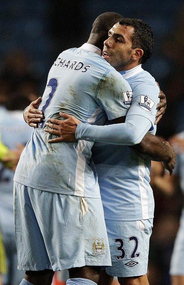 Argentinský útočník Carlos Tévez (vpravo) se objímá se spoluhráčem z Manchesteru City Micahem Richardsem.
