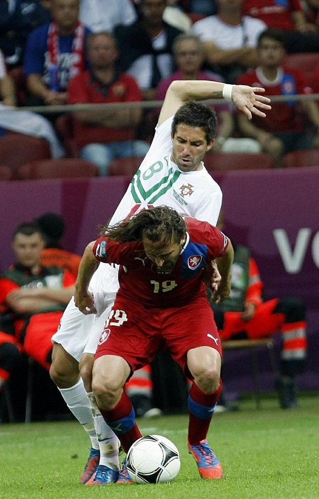 Petr Jiráček si kryje míč před Portugalcem Moutinhem