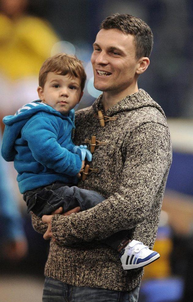 Útočník Jablonce David Lafata se synem na halovém turnaji v Liberci.