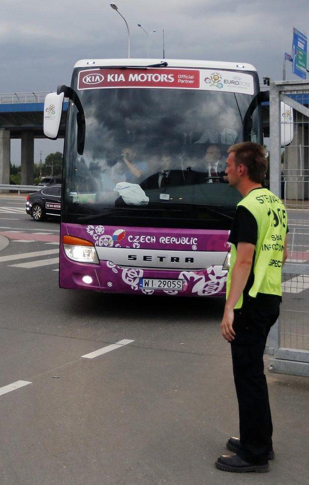 Čeští fotbalisté při příjezdu na stadión do Vratislavi k utkání ME proti Rusku.