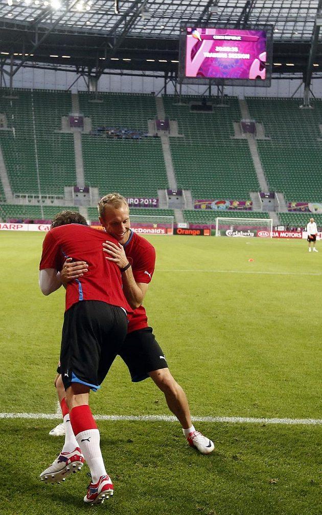 Daniel Kolář se přetlačuje s jedním ze spoluhráčů na tréninku fotbalové reprezentace